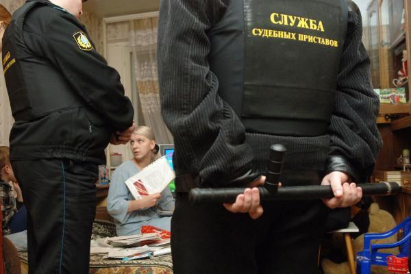 Право на применение силы в любом случае останется только у государственных приставов. Фото: Григорий Сысоев/ ТАСС