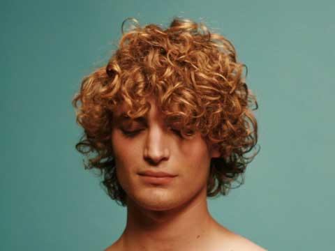 Мужская прическа для вьющихся волос