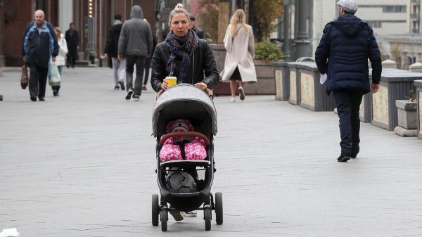 ребенок коляска дети семья люди улица