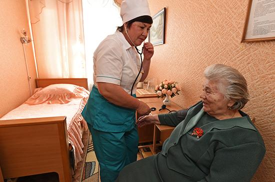 Частные клиники будут вести дневники наблюдений за пожилыми пациентами