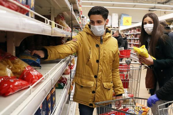 Фастфуд, чипсы, еда быстрого приготовления - не лучший выбор. Наше все - каши, картошка, овощи. Фото: Александр Рюмин/ТАСС
