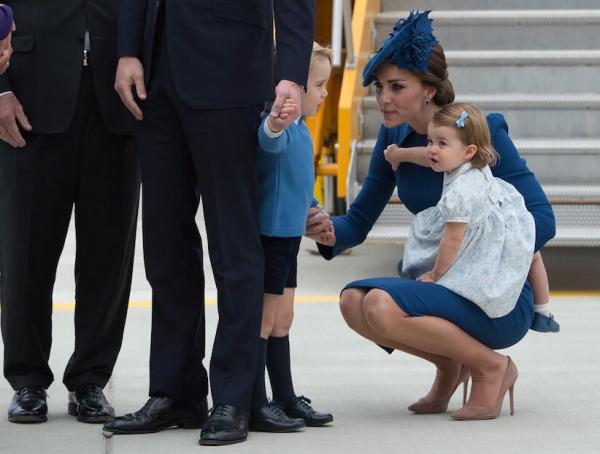 С маленькими детьми Кейт всегда разговаривает, опускаясь на уровень их глаз. Это еще одно правило воспитания спокойных детей, которого придерживается Кейт.